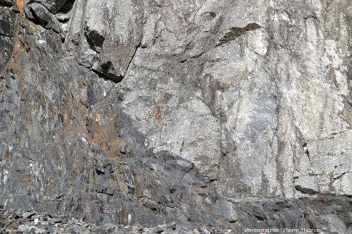 Vue détaillée où l'on voit bien la différence entre les sédiments bien sombres (en bas à gauche) et le microgranite plus clair (en haut à droite)