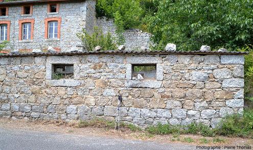 Maison, et ses dépendance, sur la commune de Saint-Julien-la-Vêtre bâtie avec du granite extrait de la carrière éponyme distante d'une centaine de mètres