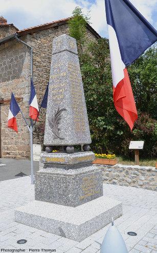 Le monument aux morts de Saint-Julien-la-Vêtre fait avec le granite extrait de la carrière éponyme