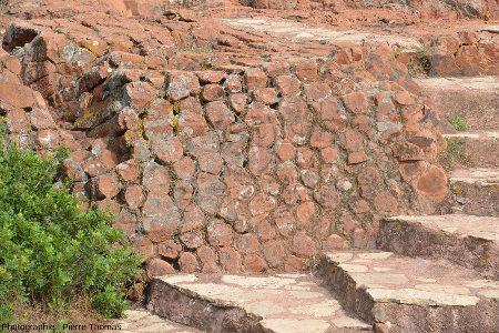 La disposition horizontale des prismes imite parfois les pierres d'un mur sur les parois du sentier littoral de la Batterie des Lions (Saint-Raphaël, Var)