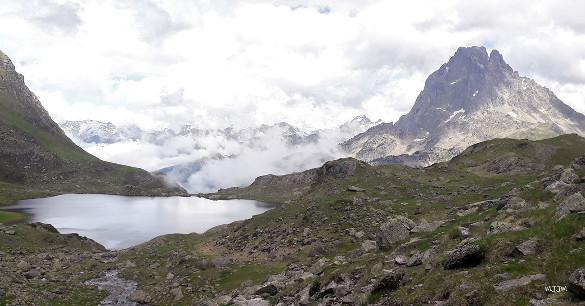 Une coulée d'andésite dont la base montre de beaux prismes, juste au Sud-Sud-Est du Pic du Midi d'Ossau, Pyrénées-Atlantiques