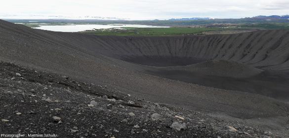 Le cône de scories Hverfjall, sur la rive Est du lac Mývatn, au Nord-Est de l'Islande
