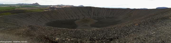 Panorama du cône de scories Hverfjall, sur la rive Est du lac Mývatn, au Nord-Est de l'Islande