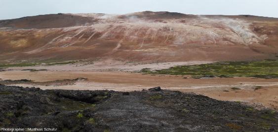 Vue d'ensemble du site hydrothermal appelé Hverir ou Námaskarð, au pied de la crête Námafjall, 150m plus haute, à l'Est du lac Mývatn et au Sud du volcan Krafla (Islande)