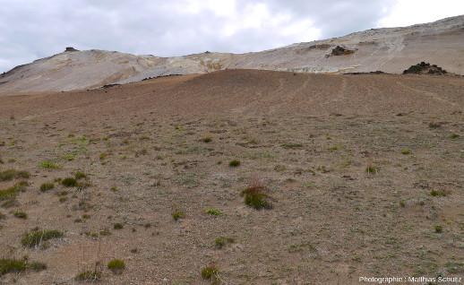 Vue plus rapprochée du site hydrothermal appelé Hverir ou Námaskarð, au pied de la crête Námafjall, 150m plus haute que son environnement, à l'Est du lac Mývatn et au Sud du volcan Krafla (Islande)