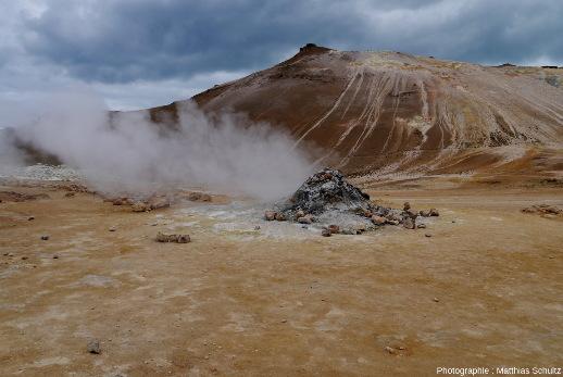 Fumerole active au pied de la crête Námafjall (Islande)