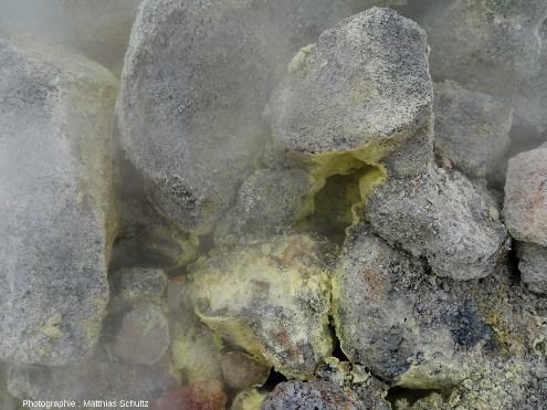 Vue rapprochée d'une fumerole active au pied de la crête Námafjall (Islande)