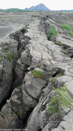 Fissure d'extension tectonique Grjótagjá dans les champs de lave de la rive Est du lac Mývatn, non loin du Hverfjall (Islande)