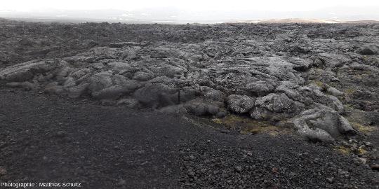 Scories et surface d'une coulée basaltique émises par le volcan Krafla lors des «nouveauxfeux du Mývatn», en 1975-1984, Islande