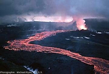 Photographie historique d'une coulée de lave du volcan Krafla lors des «nouveauxfeux du Mývatn», en 1984, Islande
