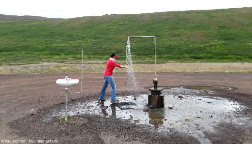 Installation géologico-artistico-humoristique à proximité de la centrale géothermique du Krafla(Islande)
