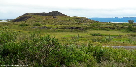 Chapelet de pseudocratères à Höfdi, sur la rive Est du lac Mývatn (Islande)