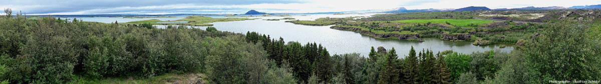 Panorama du lac Mývatn (Islande) depuis le belvédère d'Höfdi, sur sa rive Est