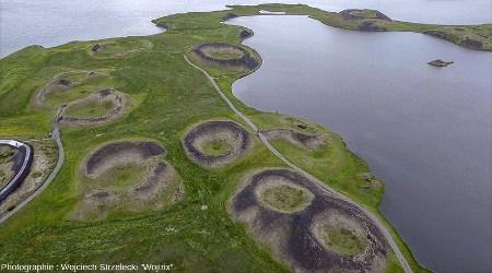 Vue aérienne de quelques pseudocratères du site de Skútustaðir, sur la rive Est du lac Mývatn (Islande)