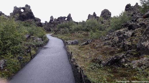 Le site de Dimmuborgir («les châteaux sombres»), non loin de la rive Est du lac Mývatn (Islande)