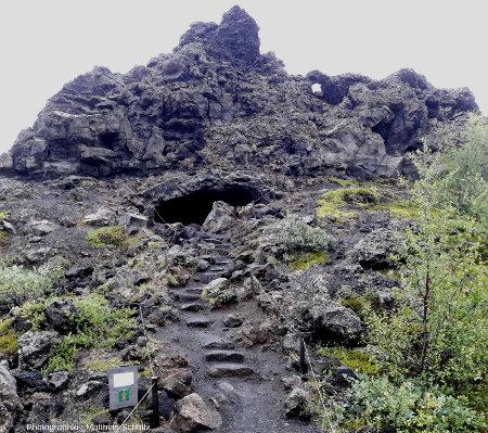 Détail de plusieurs tunnels de lave effondrés sur le site de Dimmuborgir («les châteaux sombres»), non loin de la rive Est du lac Mývatn (Islande)