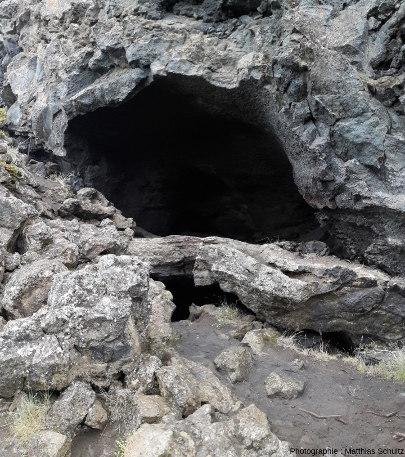 Détail d'une grotte de lave (tunnel de lave effondré) sur le site de Dimmuborgir, Islande