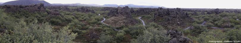 Panorama du site de Dimmuborgir depuis un point en surplomb (sommet de la coulée Jeune Laxà, non drainée à cet endroit, 15m au-dessus du fond de l'ancien lac de lave), Islande
