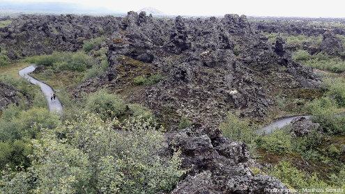 Vue du site de Dimmuborgir depuis un point en surplomb (sommet de la coulée Jeune Laxà, non drainée à cet endroit), Islande