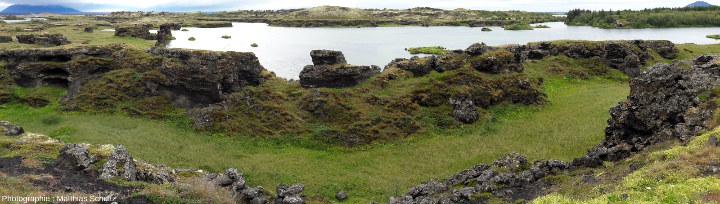Les rochers noirs torturés (colonnes complexes) du site d'Höfdi, sur la rive Est du lac Mývatn (Islande)