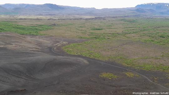 La fissure éruptive Lùdentsborgir, à l'Est du lac Mývatn (Islande), vu depuis le cône de scories Hverfjall