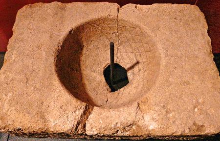 Exemples de gnomon classique, à bâton