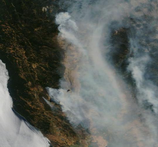 Image satellite des feux de forêt californien records du Mendocino Complex et Carr Fire, le 6 août 2018