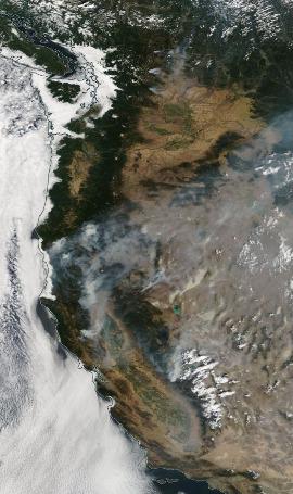 Image satellite à plus vaste échelle des feux de forêt de l'Ouest Américain (chaines des Cascades et des Sierras californiennes), le 1er août 2018