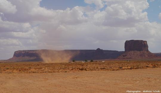 Poussière soulevée par le vent et affectant localement la visibilité dans Monument Valley, Arizona / Nation Navajo