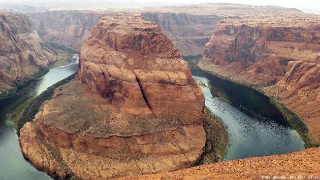 Le méandre Horseshoe Bend du fleuve Colorado, en amont du Grand Canyon et environ 6km en aval du barrage de Glen Canyon, creusé dans les grès rouges Navajo à proximité de Page, Arizona / Nation Navajo