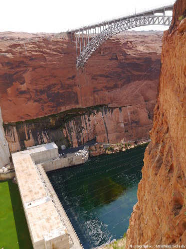 Le barrage de Glen Canyon et son installation hydroélectrique, en amont du méandre Horseshoe Bend et du Grand Canyon, Arizona