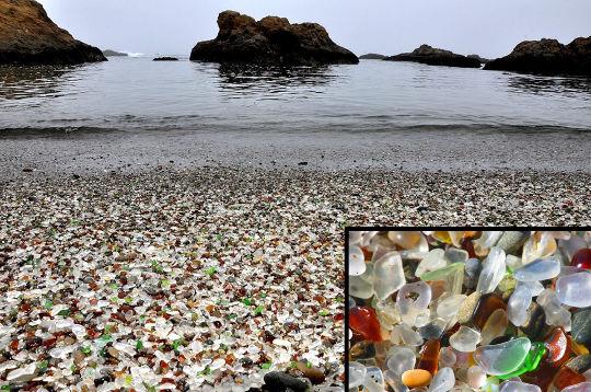 Vue d'ensemble et agrandissement (en bas à droite) de la «plage de verre» (Glass Beach) de Fort Bragg, Californie
