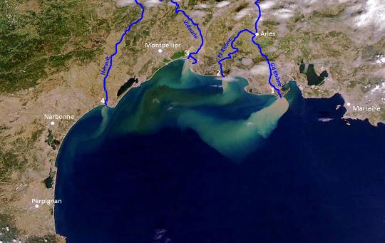Apports sédimentaires par les fleuves provençaux-languedociens (surlignés en bleu foncé sur cette image) en Méditerranée lors des crues des 11 au 15 septembre 2002