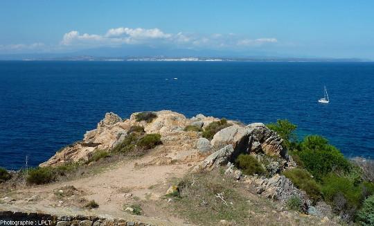 Les bouches de Bonifacio, détroit d'une dizaine de kilomètres séparant la Sardaigne de la Corse, vue prise en direction du Nord depuis le Capo Testa de Santa Teresa di Gallura, une des pointes à l'extrême Nord de la Sardaigne