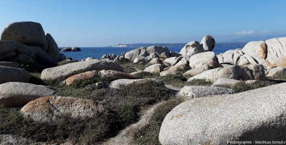 Photo prise dans les bouches de Bonifacio, détroit séparant la Sardaigne de la Corse, en direction du Nord-Ouest depuis l'ile Lavezzo (ou Lavezzu en langue corse)