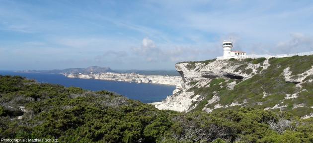Vue vers l'Ouest du phare de Pertusato, à la pointe Sud de l'ile principale de la Corse surplombant les bouches de Bonifacio