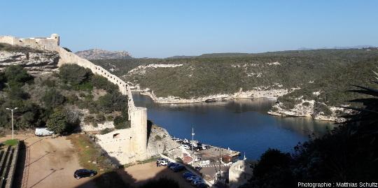 Vue vers le Nord-Ouest depuis la vieille ville de Bonifacio (fortifications à gauche de l'image, en pierres taillées dans les grès calcaires miocènes)