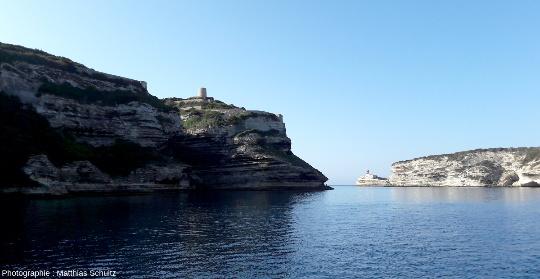 Sortie de la calanque abritant le port de Bonifacio (signalé par le phare de la Madonetta en fond)