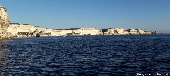 Vue depuis la mer, en direction du Sud-Est, des falaises qui s'étendent depuis Bonifacio vers le cap Pertusato au loin