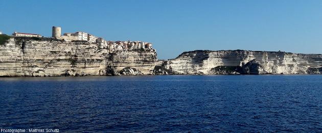 Vue depuis la mer, en direction du Nord-Est, des falaises de la vieille ville de Bonifacio