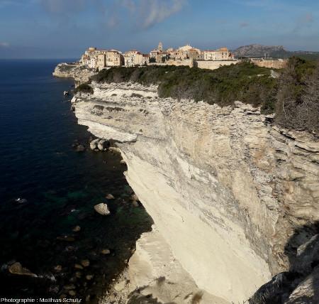 Vue sur Bonifacio depuis les falaises au Sud-Est, montrant un important surplomb