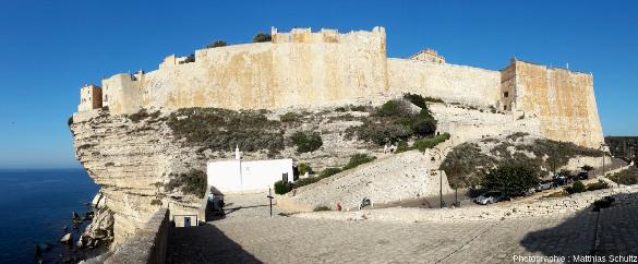 Vue sur l'entrée principale fortifiée de la vieille ville de Bonifacio et chapelle Saint Roch