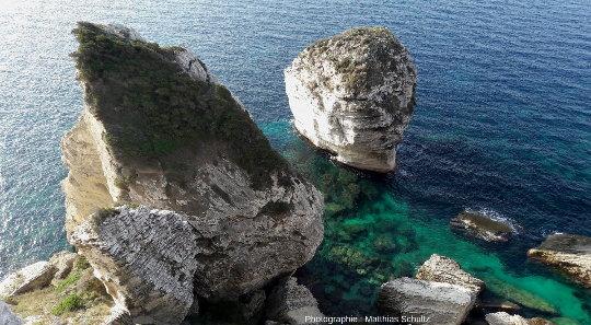 Vue depuis la falaise la plus proche sur le «grain de sable» (U Diu Grossu en bonifacien, soit littéralement «le gros doigt»), et sur des blocs écroulés