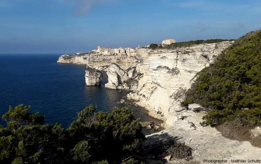Vue depuis les falaises un peu plus au Sud-Est sur le «grain de sable» avec Bonifacio en fond