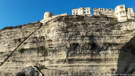 Détail de la falaise sous la vieille ville de Bonifacio vue depuis la mer, avec l'escalier du roi d'Aragon creusé à même la roche à gauche de l'image