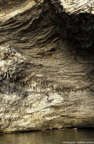 Visite touristique en bateau de la petite grotte marine du Sdragonato (dragon) immédiatement à l'Ouest de Bonifacio et du phare de la Madonetta