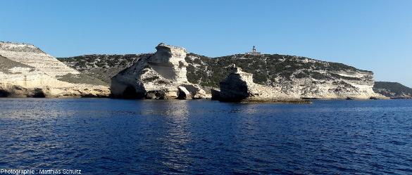 Le cap Pertusato, pointe Sud de l'ile principale de Corse, vu depuis la mer au Nord-Ouest