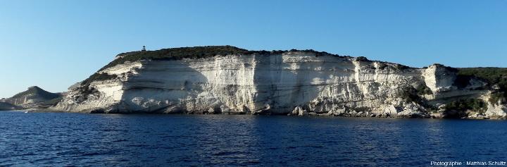 Le cap Pertusato, pointe Sud de l'ile principale de Corse, vu depuis la mer au Sud-Est