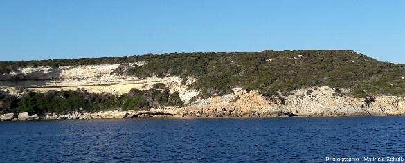 Affleurement immédiatement au Nord-Est du cap Pertusato, dans la Cala di Labra, vu depuis la mer