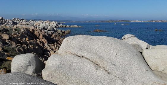 Photo prise dans les bouches de Bonifacio, détroit séparant la Sardaigne de la Corse, en direction du Nord depuis l'ile Lavezzo (ou Lavezzu en corse)